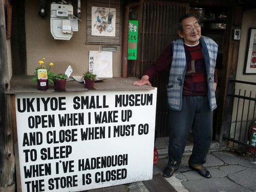 Ông Ichimura Mamoru và tấm biển trước bảo tàng của mình. Ảnh: Amusing.