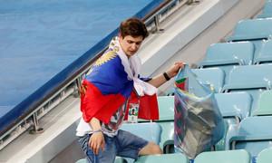 Đội nhà thua Croatia, khách Nga nán lại nhặt rác trên khán đài
