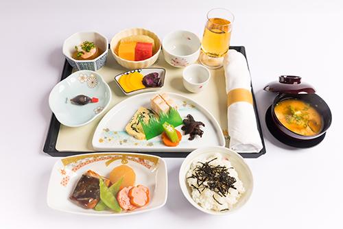 Một bộ dụng cụ suất ăn trên chuyến bay từ Việt Nam đi Nhật Bản.