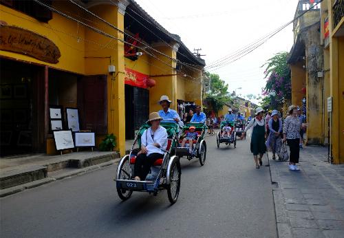 Du khách thường thích ngồi xe xích lô hoặc dạo bộ khi đến vớiphố cổ Hội An. Ảnh: Hương Chi.
