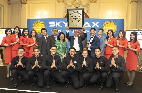 Đại diện của hãng Air Asia nhận giải tại London, Anh.
