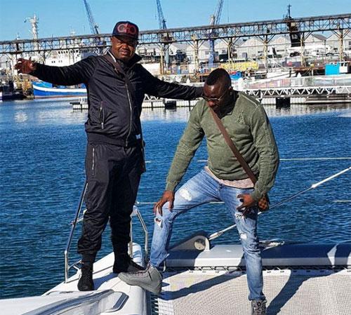 Genius Kadungure (ảnh phải), doanh nhân giàu có và cũng là một nhân vật nổi tiếng trên Instagram, đến từ Zimbabwe trong chuyến du lịch tới West Cape, Nam Phi. Ảnh: Instagram.