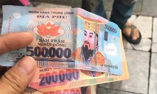 Những tờ tiền Âm phủ mà anh Miguel nhận từ tài xế Phong.Ảnh:Hữu Phúc.