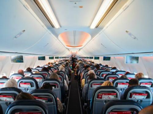 Ngồi ở hàng cuối cùngĐồ ăn được phục vụ cũng tùy thuộc vào chỗ ngồi của bạn trên máy bay. Những đồ ăn ngon sẽ được chọn hết bởi những người ngồi trên bạn. Vì vậy nếu bạn muốn chọn đồ ăn ngon thì đừng nên ngồi cuối.