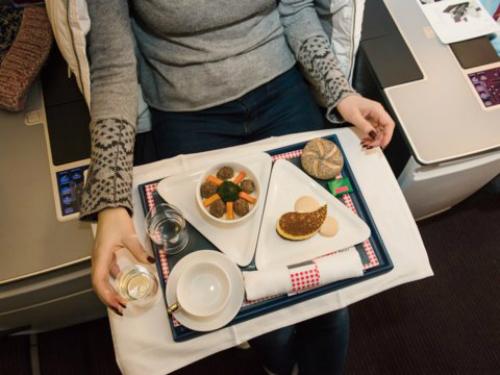 Vì độ ẩm và không khí trên máy bay khô nên thịt và cá sẽ không được mềm. Ăn chay là sự lựa chọn sáng suốt của bạn. Những người ăn chay sẽ được ưu tiên phục vụ trước. Vì không mất thời gian đợi nên đồ ăn sẽ tươi và ngon hơn.
