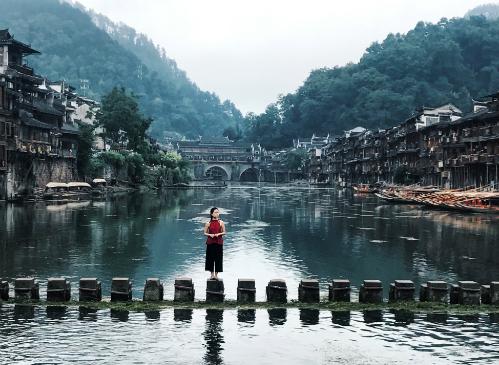 Thục Anh trên cây cầu đá nhảy nổi tiếng của Phượng Hoàng cổ trấn.