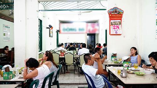 Quán Đông BaToạ lạc ở trung tâm thành phố, trên đường Nguyễn Du (quận 1), quán bún bò Huế này đã có gần 20 năm thâm niên. Từ lúc mở cửa vào năm 2001, quán chưa một lời dời chỗ và chủ cũng giữ công thức nấu nướng giống nhau.Quán có không gian thoáng và sạch, sức chứa 50 khách cùng một lúc. Đây là địa chỉ thu hút đông du khách nước ngoài tới ăn vào mỗi bữa trưa.