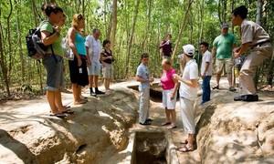 Chuyến khám phá địa đạo Củ Chi đáng nhớ của khách Tây