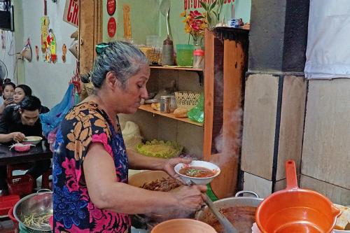 Người phụ nữ gốc Ấn bán bò kho 16 năm ở Sài Gòn. Ảnh: Di Vỹ.