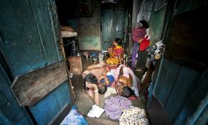 Phận đàn ông sống trong phố đèn đỏ lớn nhất Ấn Độ