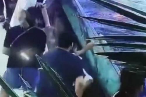 Do hình ảnh trên camera ghi lại quá mờ nên không thể xác định được bé gái có nhúng tay xuống nước hay không. Ảnh: Straitstimes.