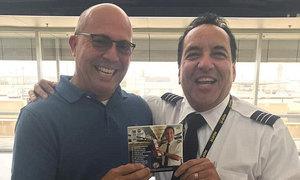 Hành khách hò hét khi được phi công hát tặng