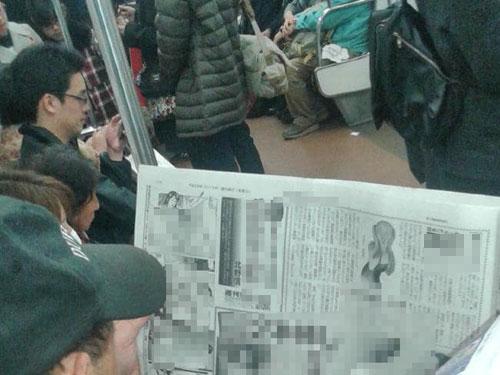 Ronan đã lén lút chụp được cảnh một người đàn ông Nhật Bản đang xem tạp chí khiêu dâm ở nơi công cộng. Ảnh: News.