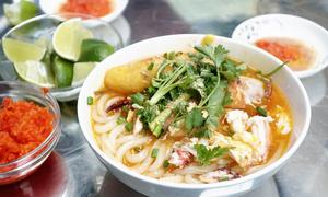 Tô bánh canh vỉa hè giá 300.000 đồng ở Sài Gòn