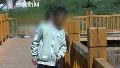 Hai đứa trẻ đã bị đánh đập tàn nhẫn nhưng không dám khóc. Ảnh: Shanghaiist.