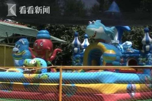 Lâu đài phao - nơi hai đứa trẻ đã vui chơi trước khi bị bắt. Ảnh: Shanghaiist.