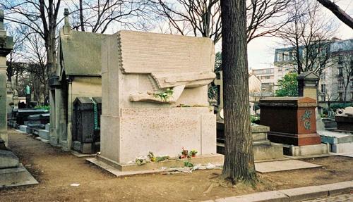 Ngôi mộ của Oscar Wilde ở ngay hàng đầu tiên, khắc hình đôi cánh thiên thần. Ảnh: Amusing Planet.