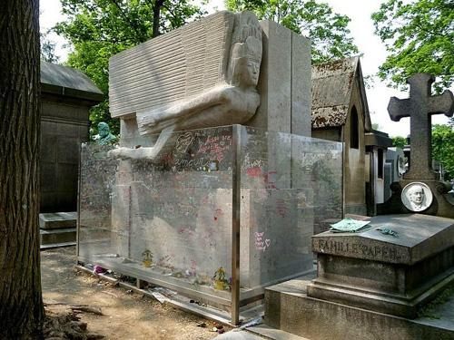 Ngày nay, ngôi mộ được bao quanh bởi một hàng rào kính. Ảnh: Amusing Planet.