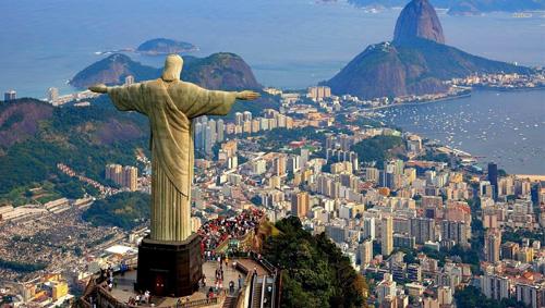 Rio de Janeiro nổi tiếng với bức tượng Chúa cứu thế, thu hút hàng triệu du khách ghé thăm mỗi năm. Ảnh: Wandersafe.