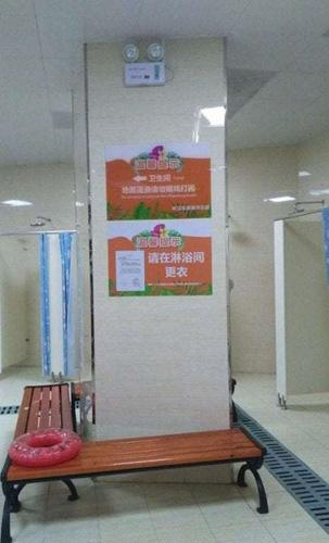 Trên các bức tường của phòng thay đồ có 4 camera. Ảnh: Shanghaiist.