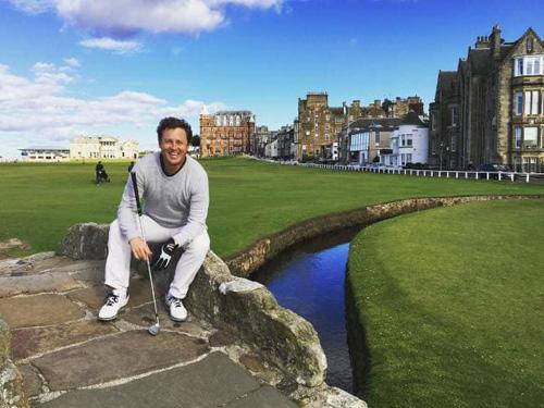 Tim Mayoh, đến từ Australia, trong chuyến du lịch miễn phí tới Scotland. Chơi golf ở đây cũng là một phần công việc của anh. Ảnh: News.
