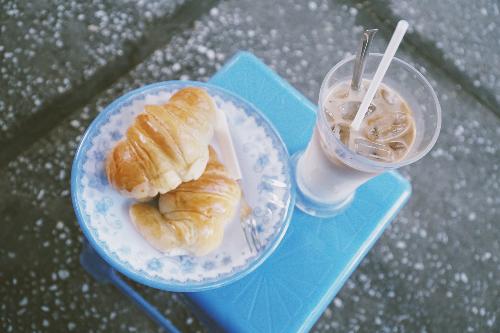 Ly sữa tươi cà phê và 2 chiếc bánh cua có giá 29.000 đồng. Ảnh: Di Vỹ.