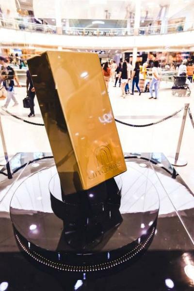 Mô hình thỏi vàng đượctrưng bày tại trung tâm thương mại. Ảnh:Gulf News.