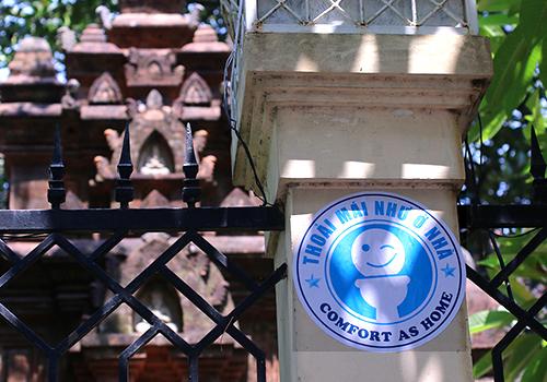 Logo nhận biết nhà vệ sinh miễn phí được dán trước cổng một nhà hàng ở Đà Nẵng. Ảnh: Nguyễn Đông.