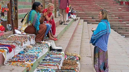 Cái gật đầu của người dân Ấn Độ khiến cho du khách đôi khi cảm thấy khó hiểu. Ví dụ như khi bạn mua đồ lưu niệm của người dân và bạn trả giá, họ gật đầu. Nhưng cái gật đầu này lại không đồng nghĩa với việc họ đồng ý. Ảnh: BBC.