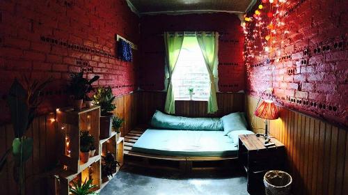 Một căn phòng rực rỡ màu sắc của nhà Bơ. Ảnh: Fb.