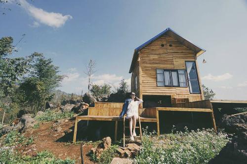 Nhà của Mamas House xây bằng gỗ giữa núi đồi trông đơn giản nhưng vẫn trang nhã. Ảnh: Foody.