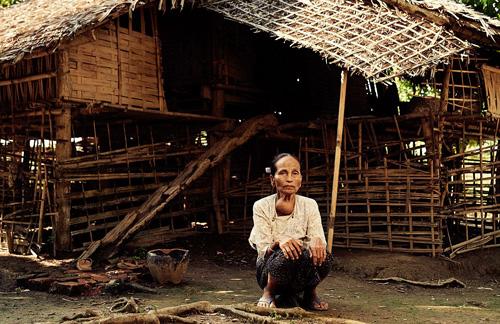 Những người phụ nữ xăm kín mặt để làm đẹp ở Myanmar - 1