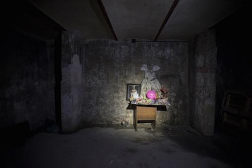 Phòng thờ của bé gái dưới tầng hầm khách sạn. Ảnh: Ciudadanos en Red.