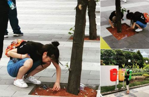 Người chụp bức ảnh cho biết hai du khách tuổi teen này nhặt rác là hoàn toàn tự nguyện, không ai bắt ép họ làm. Ảnh: Twitter.