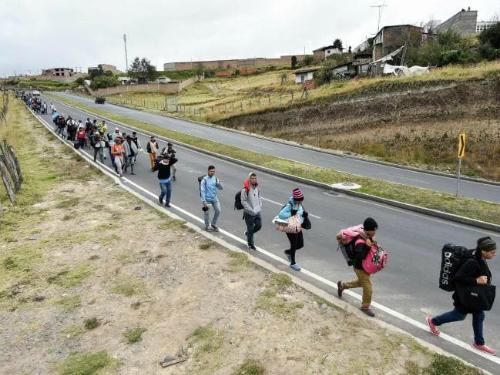 Từng đoàn người tiến về biên giới Colombia để vượt biên sang Ecuador. Ảnh: News.