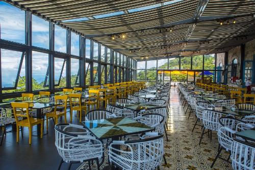 Arapang- dạo chơi với những món ngonNằm ở khu vực quảng trường Du Dôme với 4 tầng rộng rãi, Arapang được xem là nhà hàng Buffet lớn nhất ở Bà Nà Hills. Không chỉ phục vụ đủ loại buffet Á  Âu tươi ngon hấp dẫn, Arapang còn có không gian vô cùng thoáng đãng cùng thiết kế nội thất độc đáo xen lẫn các tông màu vàng, nâu và đen, trắng, khiến thực khách ấn tượng từ lần đặt chân đầu tiên.