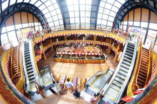 Choáng ngợp, bởi thiết kế bên trong của nhà hàng có tổng diện tích 9000m2 với 3 tầng kiến trúc này có thể chứa tới hơn 3000 khách cùng lúc. Thực khách có cảm giác mình đang lạc tới tận nước Đức xa xôi, nơi có những nhà bia khổng lồ.