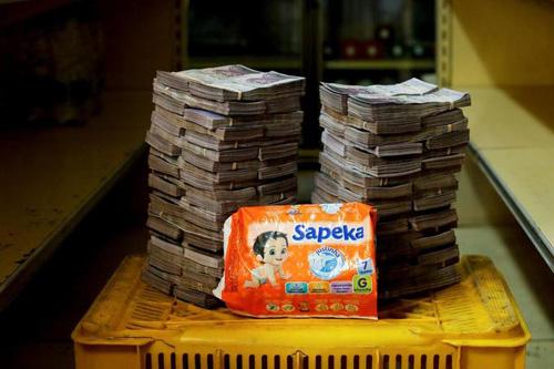 Một gói bỉm trong siêu thị mini ở thủ đô Caracas có giá bán 8 triệu Boliviar. Ảnh: Reuters.