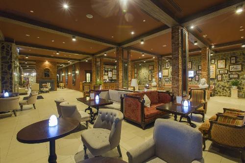 Màu đỏ đậm của trần nhà, màu xanh xám của tường, ánh đèn vàng hắt lên ánh sáng kì ảo trên những chiếc bàn gỗ truyền thống, bộ sofa đủ sắc màu, tô điểm thêm sắc màu cổ điển của những bộ tem cũ được trưng bày ngẫu hứng trên tường, không gian nửa hiện đại nửa cổ điển của nhà hàng là nơi gặp gỡ lí tưởng của những tâm hồn yêu thích sự mới mẻ và phá cách.  Nhấp một ngụm cocktail và thưởng thức những món ăn đầy cám dỗ đến từ xứ sở bò tót trong không gian ngập tràn sắc màu, chuyến du hành đến đất nước hình chiếc ủng dù ngắn ngủi nhưng nhớ một đời.