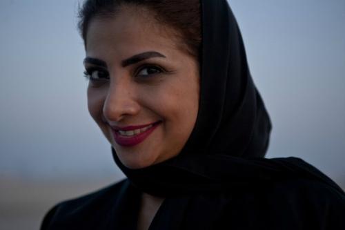 Một người phụ nữ Bahrain mỉm cười khi ống kính máy ảnh của vợ chồng Anna - Thomas chĩa đến. Ảnh:The family without borders.