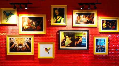 Mang tên loài hoa thanh anh (arapang) đẹp nổi tiếng, thiết kế của nhà hàng khiến du khách liên tục phải check-in, trước khi tập trung chọn cho mình những món ngon trong hàng trăm món hấp dẫn. Từ những bức tranh sinh động trên bức tường gạch đỏ thắm&
