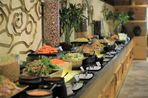 Nằm sâu dưới vòm kính kim tự tháp kia là một không gian vô cùng rộng lớn, với hơn 200 món ăn Trung Hoa chuẩn vị đang chờ đợi. Hương thơm nức mũi, sắc màu khêu gợi. Bật mí với bạn, đây là nhà hàng mà nhiều thực khách đang đánh giá là ngon nhất trên đỉnh Bà Nà.