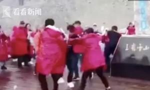Khách Trung Quốc đánh nhau tranh chỗ chụp ảnh trên đỉnh núi