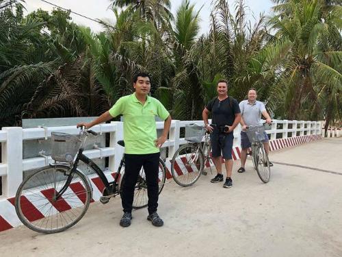 Khách Tây trải nghiệm đạp xe giữa các rừng dừa ở Bến Tre. Ảnh: Quách Duy Thịnh.