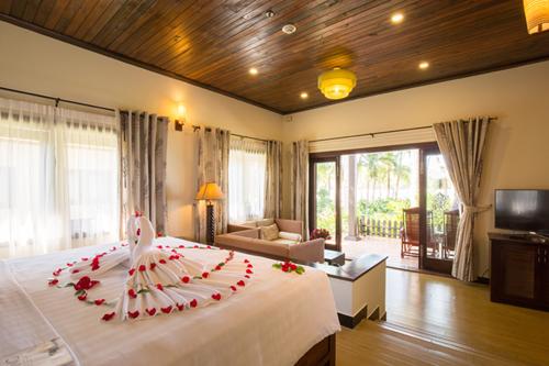 Phòng ngủ được thiết kế trang nhã và bày trí tinh tế khi kết hợp trang thiết bị hiện đại.