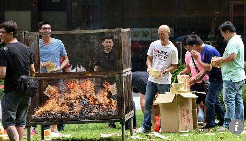 Người dân đốt vàng mã với quan điểm gửi xuống cho người đã khuất tiêu. Ảnh: SCMP.