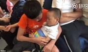 Không có vé ngồi, cậu bé Trung Quốc bế em ngủ nhiều giờ trên tàu