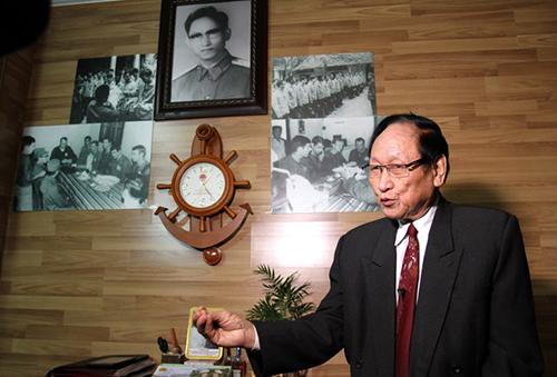 Ông Trần Trọng Duyệt trongcăn phòng có ảnh chụp các cựu tù binh Mỹở nhà riêng tại Hải Phòng hồi tháng 1. Ảnh:AFP
