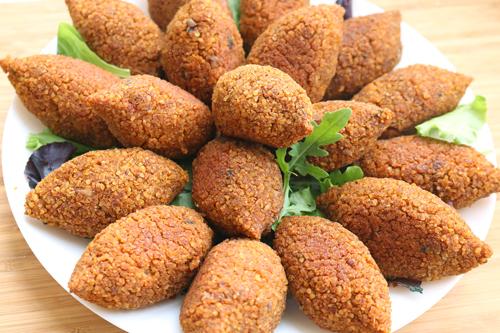 Món ăn truyền thống của người dân là Kibbeh (làm từ hành tây, thịt bò nạc xay mịn, hoặc có thể thay thế bằng thịt heo, cừu, dê...). Ảnh: One arab vegan.