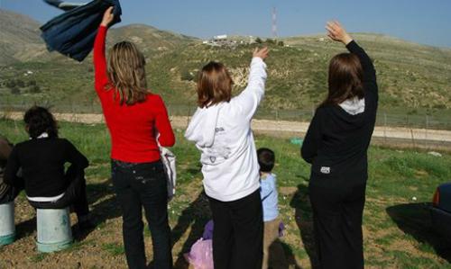 Thung lũng la hét (còn được coi là Điểm vọng) là nơi mà Syria, Lebanon, Jordan và Israel gặp nhau. Tên của thung lũng này xuất phát từ thói quen của người dân, thường la hét với người thân của họ qua những chiếc loa từ đầu đến cuối thung lũng. Ngày nay, với sự phát triển của điện thoại di động, truyền thống này cũng không còn nhiều người sử dụng, ngoại trừ các dịp đặc biệt như đám cưới, hoặc khi họ muốn gặp nhau.Ba chị emMadiha, Salwa và Ikram vẫy tay về phía Syria, từ phíaAyn al-Tineh tại thung lũng la hét.
